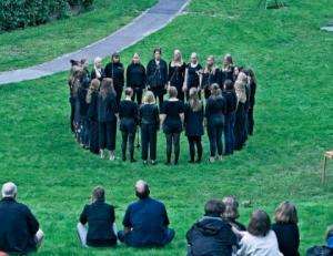 """Opførelse af Jacob Kirkegaard's """"Earchestra"""" i Universitets parken Aarhus"""